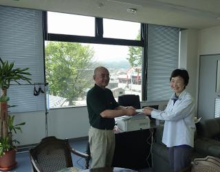Tomoko Watanabe Presents Kurosawa-san with a donation.